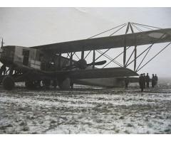 Фотография пилотов возле биплана