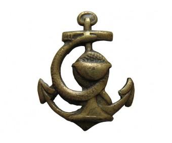 Петличная эмблема змея с чашей на якоре