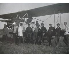 Фотография техников и пилотов возле самолета